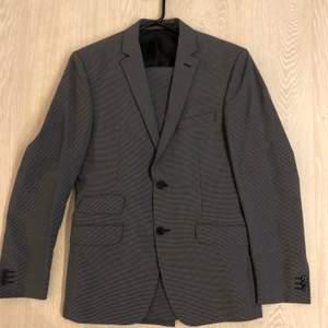 Kostym grå- och svartrutig Riley/Brothers strl 46, small, använd 2-3 gånger i nyskick.