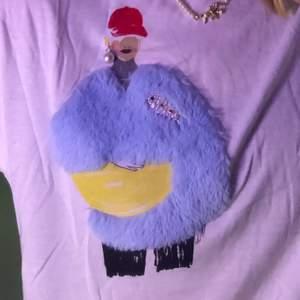 Säljer denna T-shirt från zara! Asball men har tröttnat på den! Tycker den förhåller sig bra till storleken M men allt beror på hur man vill att den ska sitta! Frakt tillkommer💖