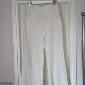 Oanvända kostymbyxor i storlek 38. Köpta för 999 kr på Marquet. Höga i midjan och har en bra längd (jag är 175). Kan gå ner i pris :)