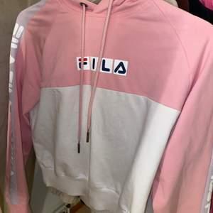 cropad jätteskön hoodie från fila. storlek xs men passar både xxs och S. använd 3 gånger. köpt för ca 600kr. jätte lätt att matcha och lyfter upp outfiten.