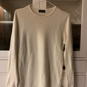 Lätt stickad tröja från Zara men. Jag har använt den och satt lite oversize på mig. I gott skick. Köpare står för frakt om upphämtning ej är ett alternativ.