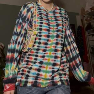 Super snygg hemma gjort batik tröja (köparen står för den eventuella frakten💕)