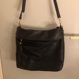 Supersnygg väska med fina detaljer från Anna Field. Den har ett justerbart axelband samt ett kortare tjockare att använda. Totalt finns det 3 fack med dragkedja. Även 2 mindre utan dragkedja i väskan. Frakt tillkommer  🌹
