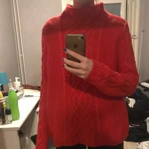 Superfin röd stickad tröja med en cool fläta (?) på. Aldrig använd (prislapp sitter kvar). 30kr