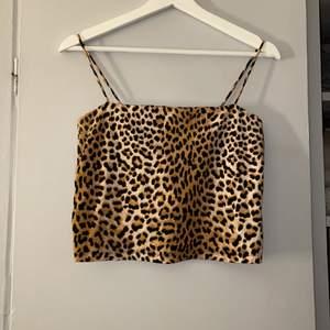 Ett jättefint linne med leopard mönster från Gina Tricot! Storlek M, men passar både S och XS beroende på hur man vill att det ska sitta! Väldigt bra kvalitet🤍