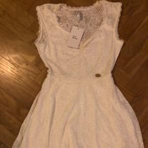 Aldrig använd med prislapp kvar! Dvs jätte fint skick och otroligt fin klänning i spets. Fler bilder finns att få :)