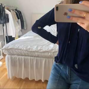 Blå blus med vita prickar i väldigt fin skick från Rodebjer. Köpt för ca 1800. Strl XS!