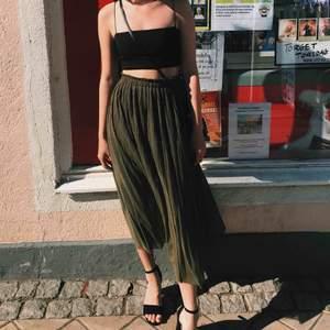 Snygg mörkgrön kjol från NewYorker. Säljer då den inte kommit till användning. Frakten ingår