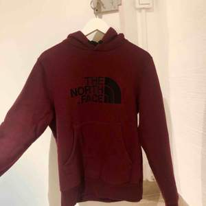Hoodie från North Face i vinröd färg! Otroligt schysst material. Passar väldigt bra i sportiga sammanhang, men även som myströja! Nypris 700kr