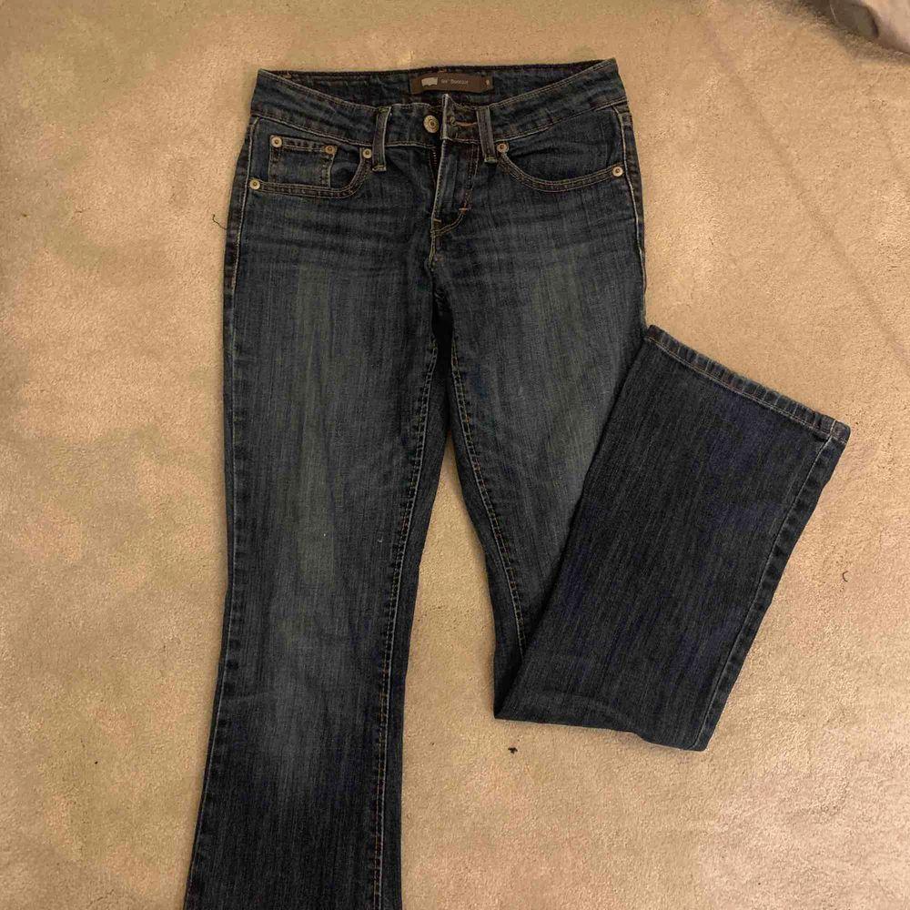 Så snygga bootcut byxor från LEVIS😍 . Jeans & Byxor.