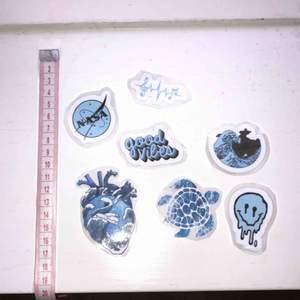 🌸 7 st klistermärken med blåa motiv, jättefina att t.ex. sätta på datorn/mobilen, eller på ett block 🌸 25 kr + 9 kr frakt (kolla gärna in mina andra klistermärken som jag säljer)