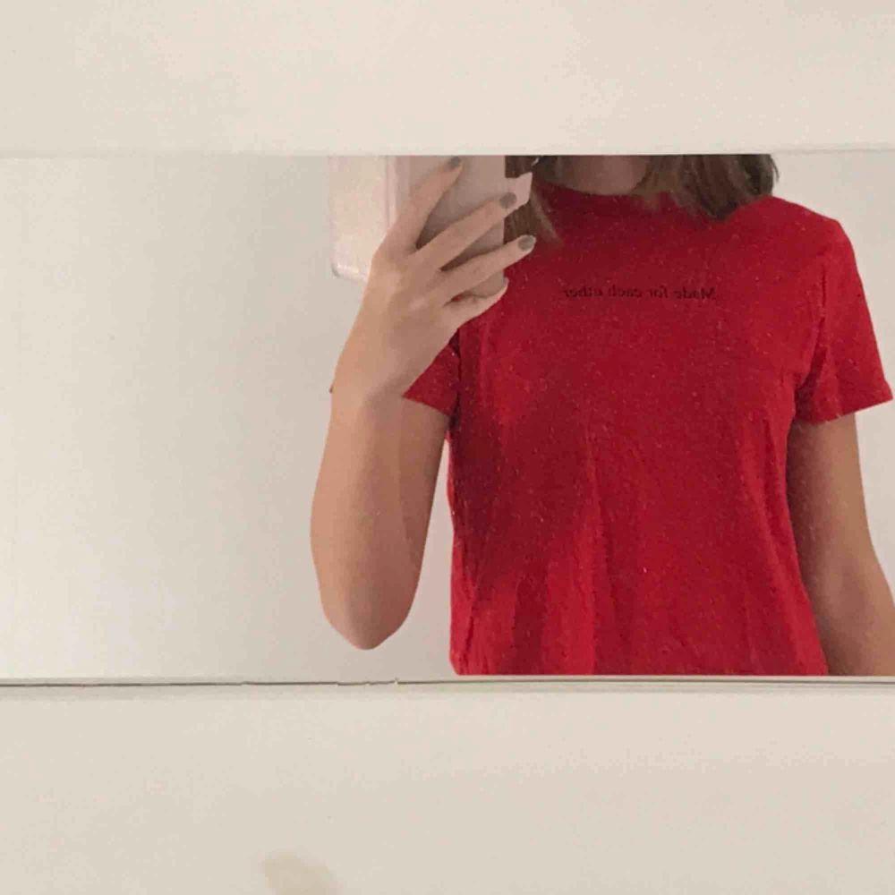 aldrig använd tröja från h&m, superfint skick! gratis frakt. T-shirts.