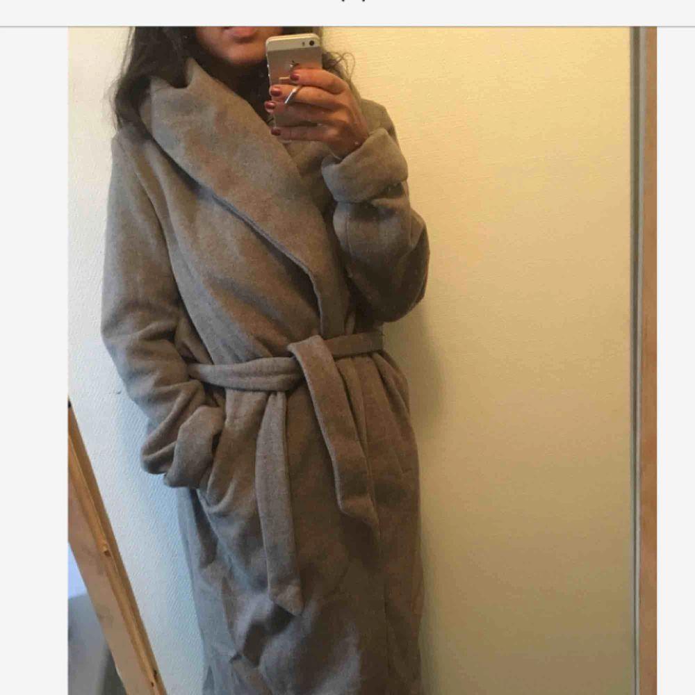 Superfin varm kappa från Zara i 52% ull och 48% polyester. Måttligt använd. Ena öglan där man trär i knytbandet har gått av men det fixas lätt med nål och tråd. Utöver det är den i väldigt bra skick.  Kan mötas upp i Stockholm, annars tillkommer frakt 🌸. Jackor.