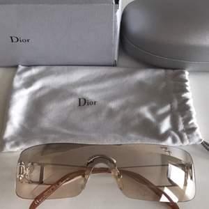 Äkta Christian Dior solglasögon med båge i silver och guld/ljusbrunt tonat glas. Orginal kartong, glasögonfodral samt dustbag medföljer. Modell: Miss Diorella / N YB7 Silver Inköpta på Synsam i Stockholm. Nypris 2540kr  Nyskick.
