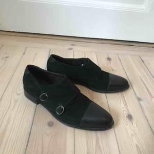 Skor av modell monk straps från J.Lindeberg. Storlek 38. Ordinarie pris 2000,- mycket sparsamt använd.