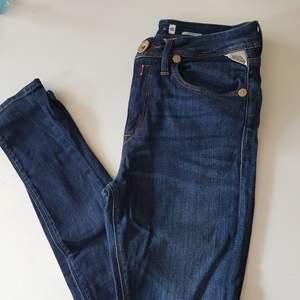 Jeans från Replay Stretchiga  Fint skick Skriv om du vill se fler bilder/har frågor