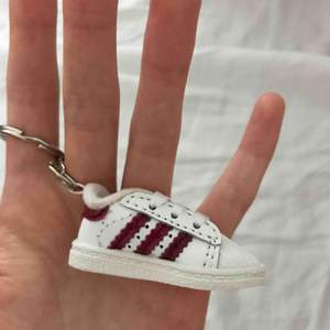 Säljer en jättegullig adidas sko nyckelring. Den är äkta 💫✨