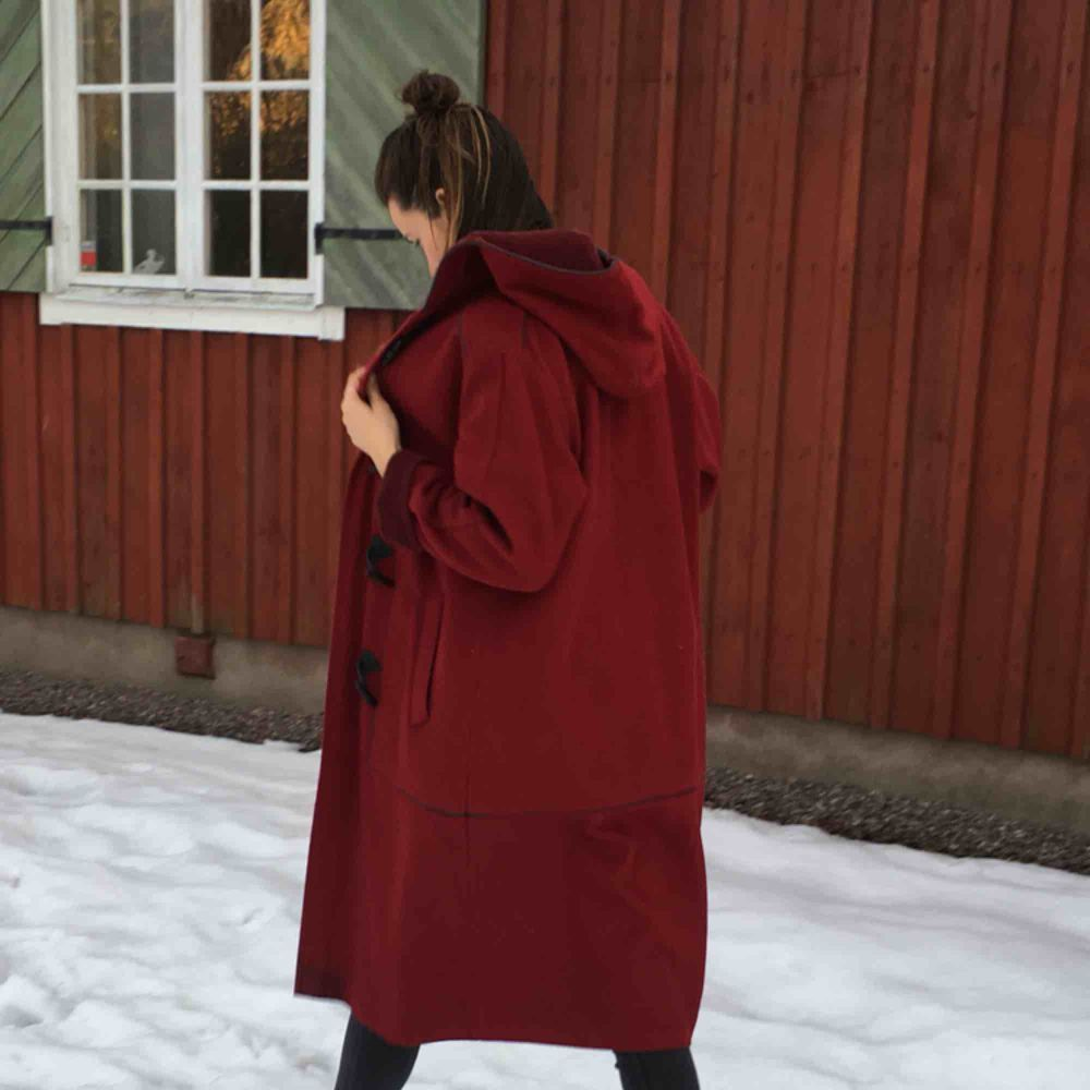 Vacker vinröd vintage kappa i ull (75% ull, 15% polyamid, 10% polyester)  Made in Finland  Äkta kvalitet. Knappt använd. . Jackor.