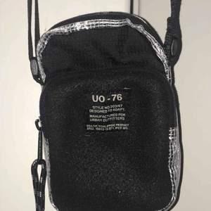 Liten och supersmidig väska från Urban Outfitters! Får plats med mobil, nycklar och plånbok basically skitnirre. Möts ENDAST upp i stockholm, fraktar ej!!