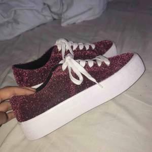 Rosa glittriga skor från Pull&Bear i storlek 38. Köpta för ca 399kr, helt oanvända!! Endast provade inomhus.
