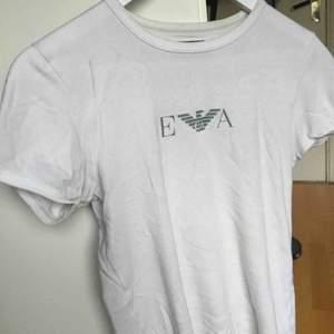 Skit snygg Armani t-shirt! Köpt på humana men säljer för använder den inte så mycket