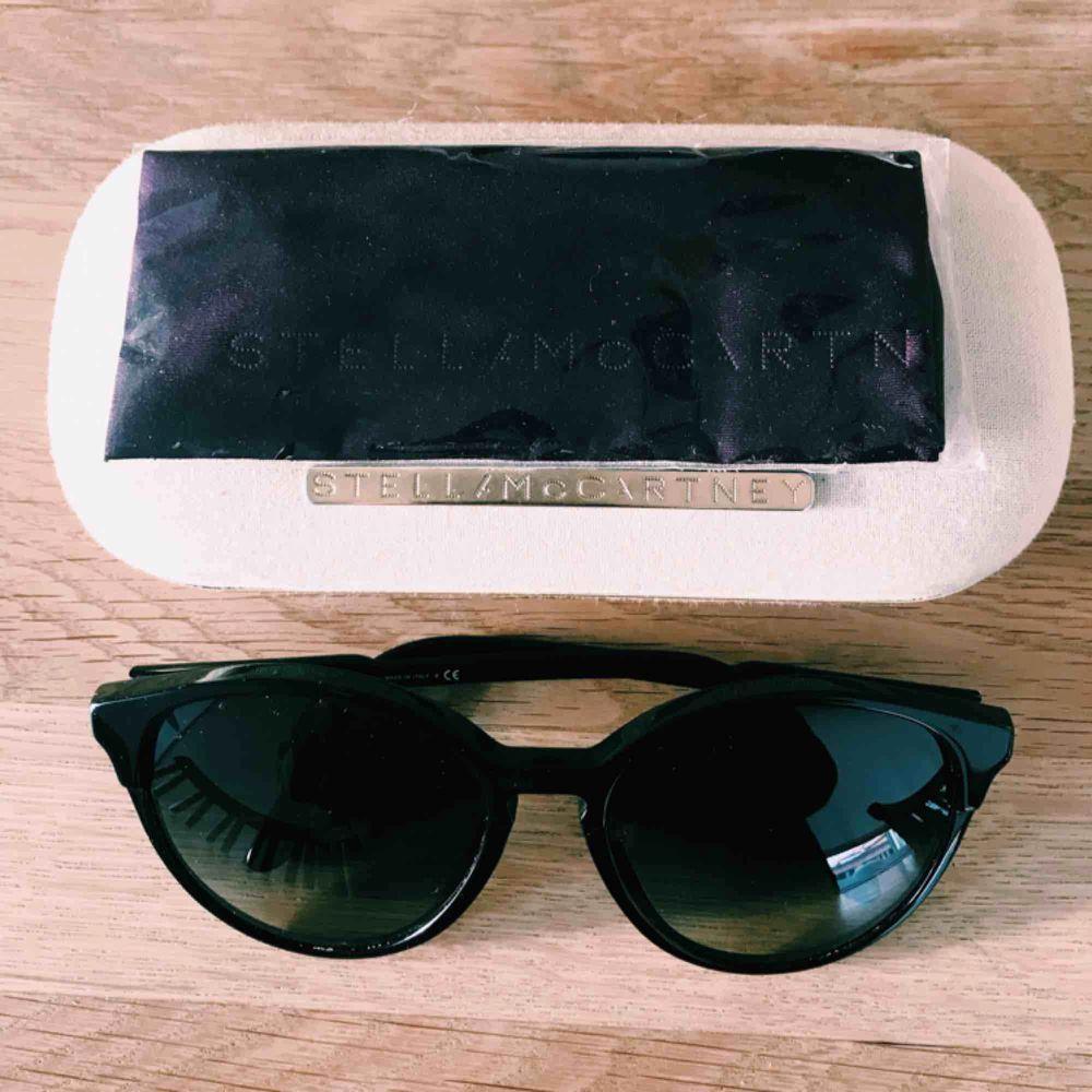 Solglasögon från Stella McCartney. Nypris: 2500 kr.  Inköpta för 3 år sedan på NK. Använda endast fåtal gånger. Säljes för 1000 kr! . Accessoarer.
