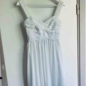 Säljer en vit klänning från Nelly i stl 34. Perfekt till skolavslutning eller liknande! Möts upp i Stockholm eller fraktas! 💃🏽