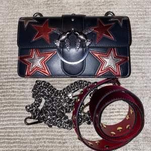 Då det tyvärr inte är min stil längre säljer jag nu min favorit väska från Pinko! Köpt i Italien för 2900kr går ner i pris vid snabb affär! I mycket gott skick. Två olika straps och dustbag ingår