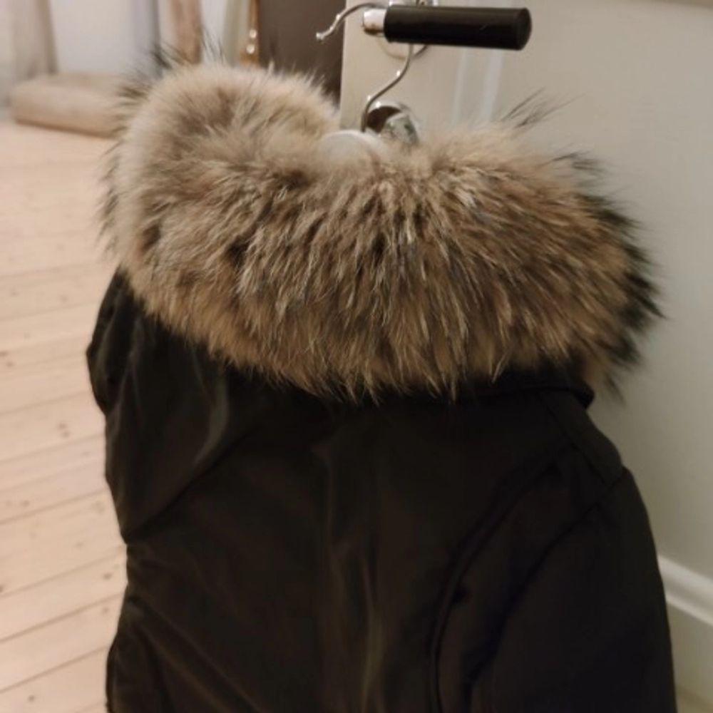 Vinterjacka från märket Hollies i stl. 36. Dunjackan är svart med en äkta pälskrage i tvättbjörn. Modellen heter Montana väldigt lik Livigno, nämner det då det är många som blandar ihop dessa modeller.                        Köpt våren 2019 (nypris 4499 kr), är en väldigt varm figursydd vinterjacka och är sparsamt använd. Avhämtning sker i Göteborg. Kan även skickas spårbart, köparen står för frakt.. Jackor.