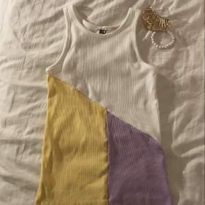 våran handsydda patchwork color top!😍 kommer två stycken liknande till inom kort håll ögonen öppna👀 (sydd utav 3 likadana begagnade tröjor som vi sytt ihop till en)