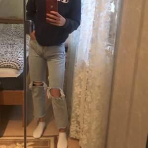Blåa raka jeans ifrån mango, jag har klippt till hålen lite. Modellen heter havana💕Buda!