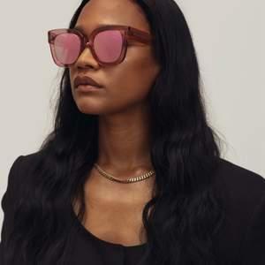 Säljer nu mina solglasögon från chimieyewear!                       Modell: 008 i färgen guava (spegelglas!)                                  Det finns små små repor på glaset, därav priset:)                  Fodral och liten påse för glasögonen kommer med.              Har du några frågor så är det bara att skicka ett meddelande:)