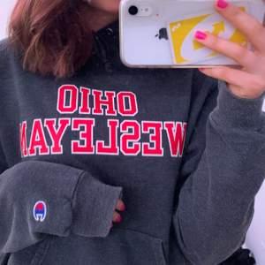 Fin college hoodie, säljer pga att den inte kommer till användning💖 Buda i kommentarerna💖