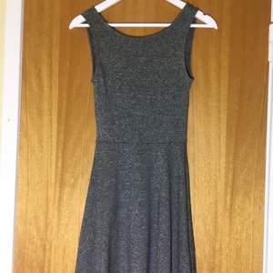 Grå skater dress från H&M med öppen rygg. Superskönt! Frakt 44 kr eller hämtas upp i Lund.