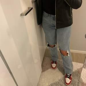 (Intressekoll) jag undrar om någon skulle vilja köpa eller byta jeans mot mina slutsålda prettylittlething jeans💖💖 (om ni vill byta gärna ett par zara jeans elr liknade kan också byta mot andra saker)