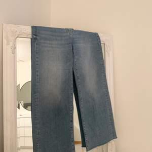 Ett par vida långa Zara jeans, använt fåtal gånger så i bra skick. Passar mig som är 160⚡️ budgivning om fler är intresserade