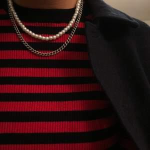 Pärlhalsband och ett kedjehalsband. Pärlhalsband: 99kr och kedjehalsband 119kr (inkl frakt) 💕 kedjan är av rostfritt stål
