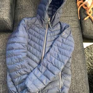 Säljer peakjacka, marinblå storlek S. Använd en vinter, helt okej skick. Kom med bud eller 400kr