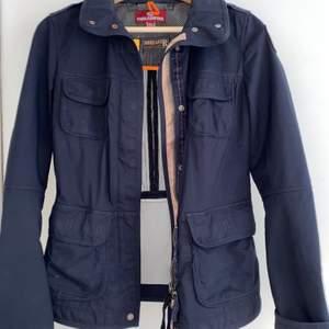 Fåtal gånger använd pjs tunn jacka i mörkblå färg. Köpt för ca 5000kr finns kvitto på d också