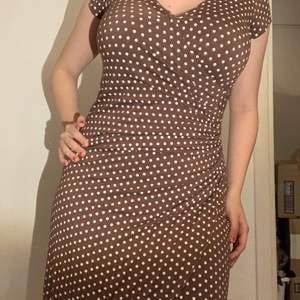 En uuurfin klänning som tyvärr inte kommer till använding. Den är smickrande på de allra, allra flesta! Storleken är 40 men funkar även fin-fint på mig som brukar ha storlek 38. Klänningen går ned till knäna (jag är 165 cm)