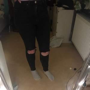 Superfina högmidjade jeans från ginatricot de är i bra skick säljs då de tyvärr blivit försmå, bara att skriva vid frågor, frakt tillkommer🥰