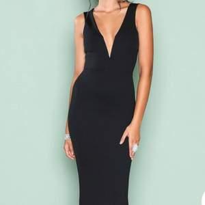 Hejsan! Säljer en svart klänning som endast är använd engång på en sittning. Finns inga skavanker!   Fin U ringning bak, kan fixa fler bilder vid intresse 😀
