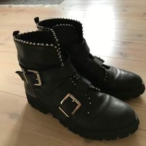 Säljer mina Steve madden hoofy boots då de inte längre kommer till användning. Köptes på zalando för 1600 kr 💕 storlek 39/40. Sparsamt använda och i bra skick. Högsta bud:650