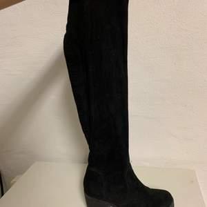 Säljer mina overknee skor i storlek 39 som är använd ett fåtal gånger. Mest stått i garderoben därav lite små dammiga.