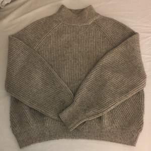 Säljer en jätte fin stickad tröja från h&m. Använt skick. Lite nopprig på armarna och lite slitet där man kan se på sista bilden.