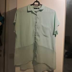 Ljusturkos blus som är lite genomskinlig nertill. Storlek XS men passar även S och mindre M. Använd flertalet gånger. Säljes då den inte kommer till användning längre. Köparen står för frakt!