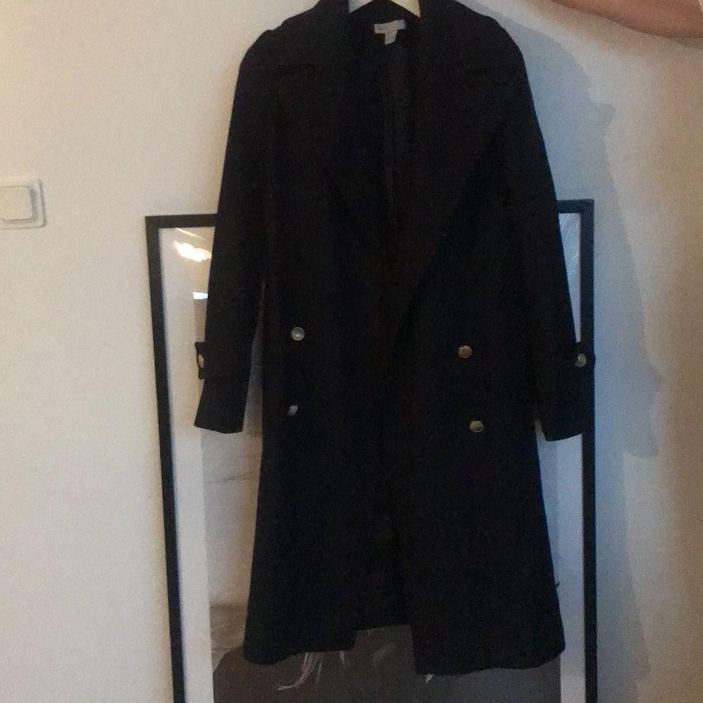 Hm premium kollektion i wool (ull) 80% material, saknar två knappar men syns knappt fråga om mee bilder, kan gå ned i pris vid snabb affär. Jackor.