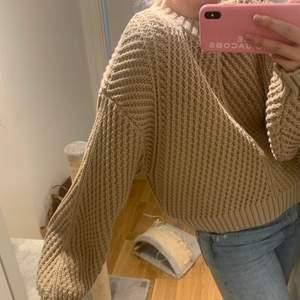 Säljer denna hårt stickade tröja från H&M. Aldrig använd men prislapp borttagen. Hör av er vid frågor. Frakt ingår inte i priset (kostnaden står längre ner)
