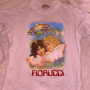 Söt tröja från Fiorucci! Storlek M. Trycket är lite sliter, har därför sänkt priset en hel del. Nypris var 1050kr!