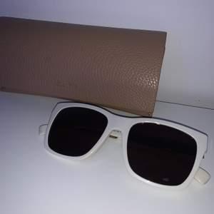 Solglasögon från MaxMara, Aldrig använda. Först till kvarn på alla saker. Ange vilket pris du skulle vilja köpa produkten för så kan vi komma överens om ett bra pris där båda blir nöjda.